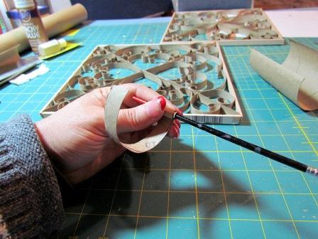 Készítsünk tetszésünknek megfelelő fodrokat a csíkokból. Ezt úgy tehetjük meg, hogy rátekerjük egy ceruzára vagy más kisebb, hengeres tárgyra a csíkokat, és rövid ideig ott tartjuk.