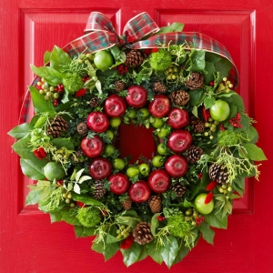 traditional-round-christmas-wreath-with-apples